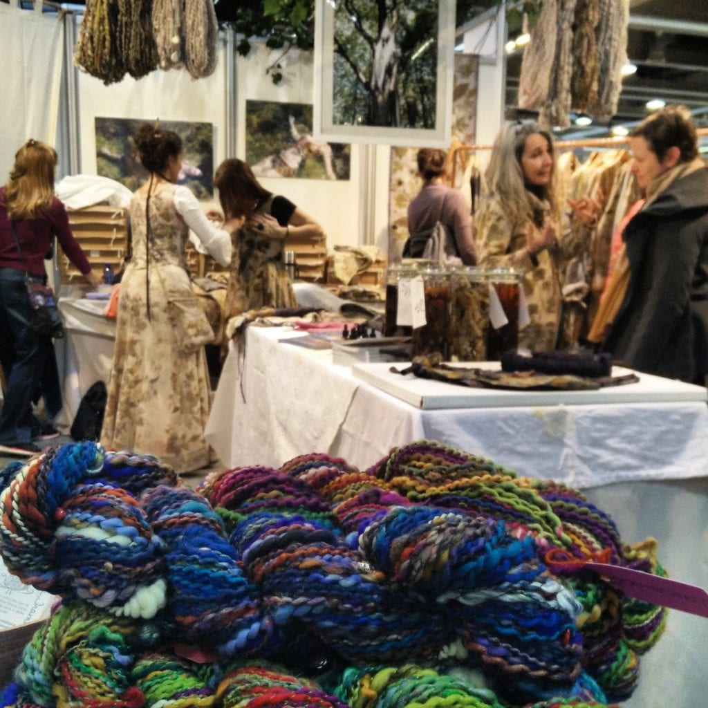 Atelier di abiti ricavati con tinture vegetali da alberi e fiori