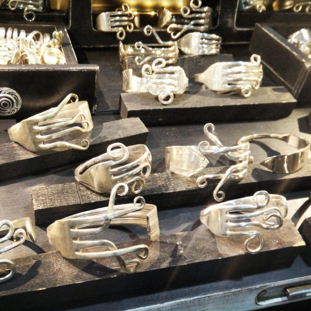 Prima di diventare bracciali erano forchette, in argento