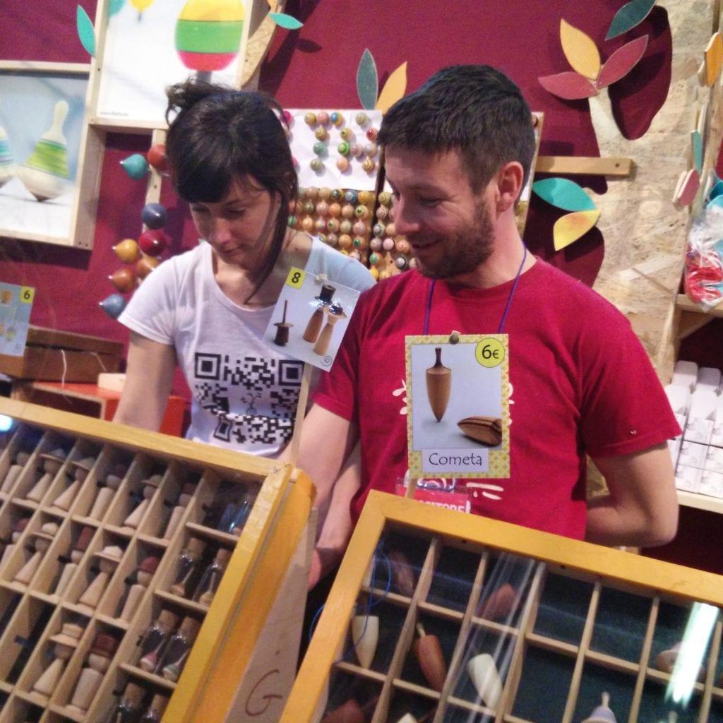 Scultori di trottole in legno