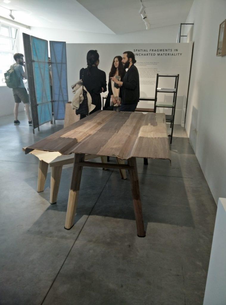 Tavolo e accessori in laminati di legni