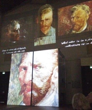 Ben.40.proiettori.illuminano.Le.forme.di.Santo.Stefano.con.le.opere.di.Van.Gogh