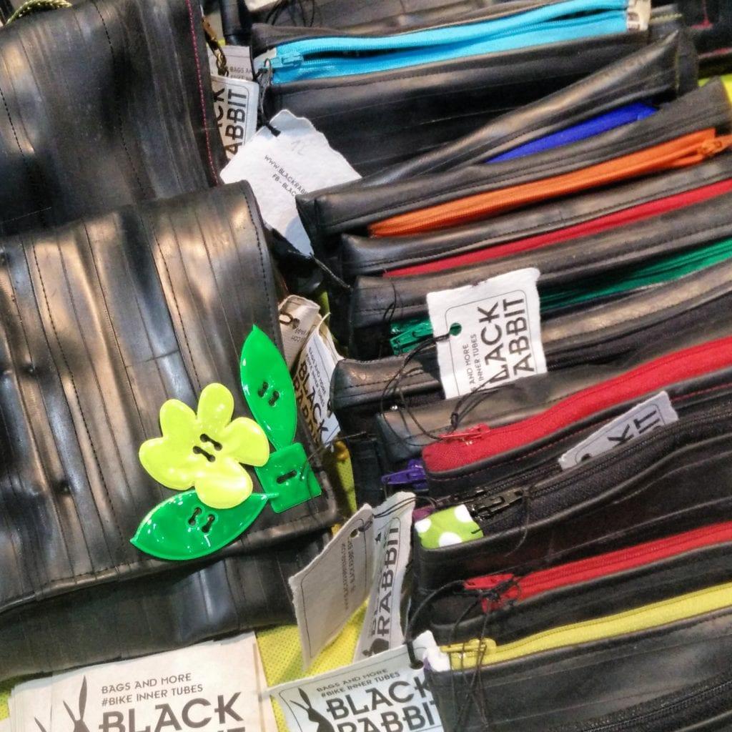 Il collettivo studentesco Black Rabbit fabbrica borse con le camere d'aria